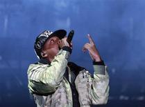 """Rapper Jay Z durante apresentação em festival de Londres. O mais recente álbum do rapper Jay Z, """"Magna Carta Holy Grail"""", estreou no topo da parada de álbuns Billboard 200 na quarta-feira, superando as previsões da indústria ao vender 528 mil cópias. 23/06/2012. REUTERS/Olivia Harris"""