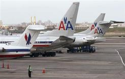AMR Corp, la maison mère d'American Airlines actuellement sous la protection de la loi sur les faillites, a dégagé un bénéfice net au deuxième trimestre -une première depuis 2007- de quoi lui permettre de mener sereinement à bien sa fusion avec US Airways. /Photo prise le 16 avril 2013/REUTERS/Carlo Allegri