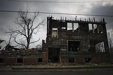Сгоревший дом в Детройте 17 декабря 2011 года. Американский город Детройт заявил о крупнейшем в истории США муниципальном банкротстве, подготовив почву для затратной судебной битвы с кредиторами и открыв новую главу в долгой борьбе за восстановление экономики города, бывшего когда-то колыбелью американской автоиндустрии. REUTERS/Mark Blinch