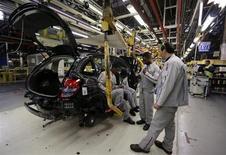 PSA Peugeot Citroën veut porter à 100% le taux d'utilisation moyen de ses usines européennes d'ici 2016 et ramener tous ses sites à l'équilibre d'ici trois ans, dans le cadre de l'accord de compétitivité qu'il négocie en France avec ses syndicats. /Photo prise le 4 février 2013/REUTERS/Jacky Naegelen