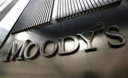 """Логотип Moody's во Всемирном торговом центре 7, где расположен центральный офис агентства, в Нью-Йорке 6 февраля 2013 года. Агентство Moody's Investors Service повысило прогноз суверенного рейтинга США до стабильного с негативного и подтвердило рейтинг страны на уровне """"Ааа"""", указав на стабильный рост, несмотря на сокращение правительственных расходов. REUTERS/Brendan McDermid"""