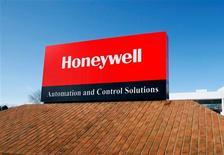 Honeywell International, spécialiste de l'électronique embarquée et des systèmes qui assurent la sécurité de grands immeubles, a accru son bénéfice net de 13% au deuxième trimestre et augmenté ses marges dans la plupart de ses divisions. /Photo d'archives/REUTERS/Eric Miller