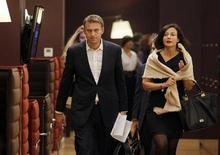Оппозиционный лидер Алексей Навальный идет на встречу с главами иностранных компаний в Москве 30 января 2012 года. Российские фондовые индексы повысились к концу сессии пятницы, частично компенсировав вчерашнее снижение, вызванное приговором Навальному. REUTERS/Denis Sinyakov