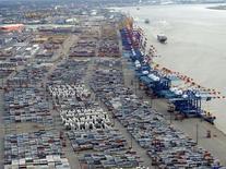 La BGA, la fédération des exportateurs allemands, estime que la solidité de l'économie aux Etats-Unis devrait compenser le ralentissement de la croissance chinoise en ce qui concerne la demande de produits venus d'Allemagne. La demande américaine pourrait permettre aux exportations allemandes d'atteindre l'objectif fixé par la BGA d'une hausse de 3% en 2013, malgré un premier semestre médiocre. /Photo d'archives/REUTERS/Fabian Bimmer
