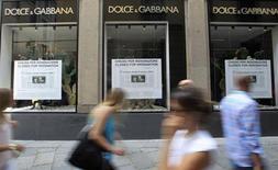 """Vitrine da loja da marca Dolce&Gabbana expõe um artigo de jornal como forma de protesto no centro de Milão. Os estilistas italianos Dolce & Gabbana fecharam suas lojas de Milão nesta sexta-feira, por um período de três dias, em protesto por terem sido """"ridicularizados"""" após serem condenados por sonegação de impostos, em junho. 19/07/2013. REUTERS/Alessandro Garofalo"""