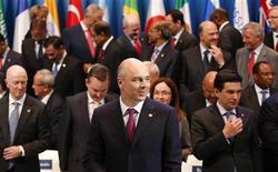 """Les ministres des Finances et les banquiers centraux du G20 réunis à Moscou ont placé la croissance au premier rang de leurs priorités, devant l'austérité, pour tenter de corriger les disparités de plus en plus nettes entre les pays sur le front de la reprise. """"Les collègues (du G20) n'ont pas décidé de prendre la responsabilité de réduire les déficits et les dettes d'ici 2016"""", a déclaré à Reuters le ministre russe des Finances, Anton Siluanov (au premier plan). /Photo prise le 20 juillet 2013/REUTERS/Grigory Dukor"""