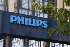 Логотип Philips у входа в здание компании в Брюсселе 11 сентября 2012 года. Квартальные результаты Philips превзошли прогнозы, а объем заказов в подразделении медицинского оборудования - крупнейшем по размерам прибыли и выручки - вырос на 7 процентов благодаря выпуску новой продукции. REUTERS/Francois Lenoir