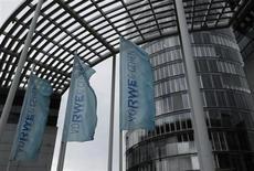 Selon un document interne auquel Reuters a eu accès, le groupe allemand de services collectifs RWE a lancé un nouveau plan de baisse des coûts pour faire face aux pertes dans ses centrales électriques et à la faiblesse des prix de gros de l'énergie. /Photo prise le 15 avril 2013/REUTERS/Ina Fassbender