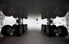 Messier-Bugatti-Dowty, filiale du groupe Safran spécialiste mondial des fonctions d'atterrissage et de freinage des avions et des hélicoptères, développe la production de composants en titane de grande dimension à destination des nouveaux programmes long-courriers d'Airbus et Boeing pour réduire la facture énergétique. La société française a investi 50 millions d'euros dans son usine de Bidos (Pyrénées-Atlantiques) pour répondre à la volonté des compagnies aériennes de réduire le poids des avions grâce à ce métal léger. /Photo d'archives/REUTERS/Christian Charisius