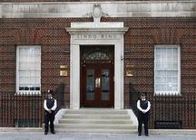 Policiais de guarda em frente à Ala Lindo do Hospital St Mary's, em Londres, onde a mulher do príncipe William, Kate, foi internada em trabalho de parto nesta segunda-feira. 22/07/2013 REUTERS/Andrew Winning