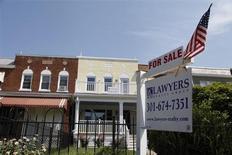 Les reventes de logements ont baissé de 1,2% en juin aux Etats-Unis, marquant une pause après deux mois de forte hausse, mais les prix ont continué d'augmenter pour atteindre un plus haut de cinq ans qui suggère que la reprise du marché immobilier reste d'actualité. /Photo d'archives/REUTERS/Jonathan Ernst
