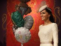 """Воздушные шары с надписью """"ребенок"""" у фигуры жены принца Уильяма герцогини Кембриджской Кэтрин Миддлтон в Музее Мадам Тюссо в Токио 23 июля 2013 года. Жена принца Уильяма герцогиня Кембриджская Кейт родила сына, сообщила королевская семья. REUTERS/Issei Kato"""