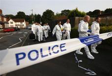 Полицейские в оцепленном районе города Типтон, центральная Англия 12 июля 2013 года. Британская полиция обвинила украинца, проходившего по делу о взрывах в мечетях, в убийстве пенсионера-мусульманина. REUTERS/Darren Staples
