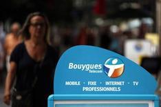 Bouygues était en tête des hausses du CAC 40 (+6,51%) vers 12h20, après l'annonce de négociations exclusives entre sa filiale télécoms et SFR, filiale de Vivendi, pour mutualiser une partie de leurs réseaux mobiles. Vivendi (+3,31%) profitait de son côté de l'annonce de négociations exclusives pour la vente de ses 53% dans Maroc Telecom à Etisalat, et Orange gagnait 1,94%, à la suite de l'officialisation de la cession par KPN de sa filiale allemande E-Plus à Telefonica Deutschland. A la même heure, l'indice parisien prenait 0,22%, alors qu'Iliad perdait 0,83%. /Photo d'archives/REUTERS/Eric Gaillard