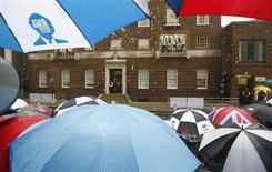 Debaixo de chuva, membros da mídia aguardam a primeira imagem do novo príncipe britânico, filho do príncipe William e da mulher Kate, do lado de fora do hospital St Mary's, em Londres. 23/07/2013 REUTERS/Andrew Winning