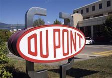 Логотип DuPont возле научно-исследовательского центра в городе Мейрин в Швейцарии 4 августа 2009 года. DuPont заявила, что думает о продаже или отделении химического подразделения, чтобы избавиться от давления, которое на ее общие результаты оказали слабые продажи красящих пигментов. REUTERS/Denis Balibouse