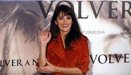 """Spanish actress Penelope Cruz gestures during a photocall to present her latest film """"Volver a nacer"""" (""""Twice Born"""") in Madrid January 10, 2013. REUTERS/Sergio Perez"""