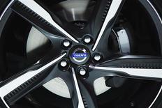 Volvo annonce une baisse moins importante que prévu du bénéfice au deuxième trimestre, ainsi qu'une solide hausse des commandes portée par une croissance de la demande sur la quasi-totalité de ses grands marchés. /Photo prise le 28 mars 2013/REUTERS/Lucas Jackson
