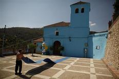 """Juzcar, petit village andalou peint en bleu en 2011 dans le cadre de la promotion du film """"Les Schtroumpfs"""", a conservé cette teinte azur. En deux ans, elle lui a permis d'attirer quelque 210.000 touristes. /Photo prise le 23 juillet 2013/REUTERS/Jon Nazca"""