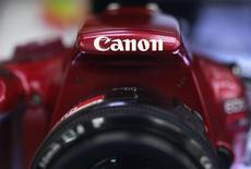 Логотип Canon Inc на камере Canon EOS Kiss X50 в магазине электроники в Токио 23 октября 2012 года. Японская Canon Inc снизила прогноз годовой прибыли на 16 процентов по сравнению с тем, что ожидалось три месяца назад, а также поставила менее амбициозные цели продаж зеркальных и компактных цифровых фотоаппаратов из-за замедления роста в Китае и других развивающихся странах. REUTERS/Yuriko Nakao