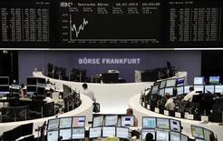Трейдеры на торгах фондовой биржи во Франкфурте-на-Майне 18 июля 2013 года. Европейские фондовые рынки растут за счет квартальных отчетов компаний, в частности акции технологических компаний дорожают благодаря результатам Apple. REUTERS/Remote/Stringer