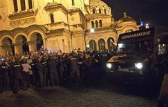 Болгарский спецназ сдерживает демонстрантов у здания парламента в Софии 23 июля 2013 года. Более 100 человек, среди которых были депутаты, министры и журналисты, понадобилась во вторник помощь полицейских, чтобы покинуть здание болгарского парламента, окруженного участниками акции протеста против коррупции. REUTERS/Stringer