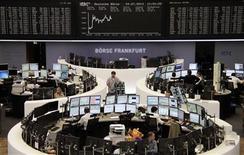 Les Bourses européennes ont accentué leur avance mercredi matin, soutenues par la publication d'indicateurs meilleurs que prévu dans la zone euro. A 12h25, le CAC 40 s'adjuge 0,86% à Paris, le Dax prend 0,62% à Francfort et le FTSE progresse de 0,69% à Londres. /Photo prise le 24 juillet 2013/REUTERS/Remote