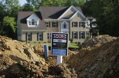 Les ventes de logements individuels neufs ont augmenté plus que prévu en juin aux Etats-Unis, atteignant un pic de cinq ans, ce qui confirme une nouvelle fois l'amélioration du marché immobilier malgré la hausse du taux des prêts dans le secteur. /Photo prise le 31 mai 2013/REUTERS/Gary Cameron