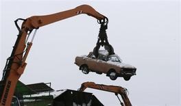 Кран поднимает автомашину на предприятии Втормет, занятом утилизацией в Подмосковье. Снимок от 30 января 2013 года. Япония подала на Россию жалобу в Всемирную торговую организацию из-за импортных пошлин на автомобили вслед за аналогичными действиями Евросоюза. REUTERS/Tatyana Makeyeva