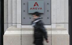 Les résultats d'Areva au titre du premier semestre 2013 sont en baisse, mais le spécialiste public du nucléaire a confirmé mercredi l'ensemble de ses objectifs annuels. /Photo prise le 28 février 2013/REUTERS/Christian Hartmann