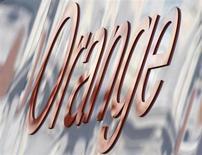 """Le titre Orange figure parmi les valeurs à suivre ce jeudi à la Bourse de Paris, alors que l'opérateur a fait part d'une baisse de ses résultats au deuxième trimestre, conformes aux attentes des analystes, en précisant que les mesures d'économies du groupe commencent à porter leurs fruits alors que l'effet """"Free"""" tend à s'émousser en France. /Photo d'archives/REUTERS/Toby Melville"""
