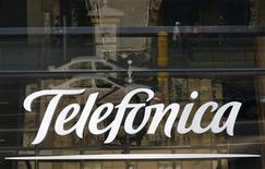 Telefonica a ramené son endettement sous la barre des 50 milliards d'euros au premier semestre, ce qui place l'opérateur télécom espagnol en bonne position pour atteindre son objectif fixé pour l'ensemble de l'année, même après le rachat prévu de l'opérateur mobile allemand E-Plus. /Photo d'archives/REUTERS/Andrea Comas