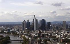 Vue de Francfort. Le climat des affaires s'est encore amélioré en juillet en Allemagne après les progressions de juin et de mai, ce qui suggère que l'économie allemande se redresse lentement après une contraction fin 2012 et un premier trimestre 2013 morose, selon l'indice Ifo. /Photo d'archives/REUTERS/Kai Pfaffenbach