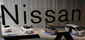 Автомобили Nissan в салоне компании в Иокогаме 10 мая 2013 года. Квартальная прибыль Nissan Motor Co выросла на 14 процентов, оказавшись лучше прогнозов, благодаря уверенным продажам в США, которые компенсировали вялость на ключевом для автопроизводителя китайском рынке. REUTERS/Toru Hanai