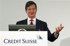Le directeur général de Credit Suisse, Brady Dougan. La banque de Zurich a vu son bénéfice augmenter d'un tiers au deuxième trimestre, à un niveau à peu près conforme aux attentes, soutenu par de bonnes performances de ses activités de trading sur les actions et les obligations. /Photo prise le 25 juillet 2013/REUTERS/Arnd Wiegmann
