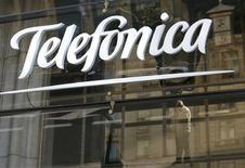 Логотип Telefonica а Мадриде 3 декабря 2012 года. Телекоммуникационная компания Telefonica сократила чистую прибыль в первом полугодии 2013 года на 0,9 процента, однако показатель оказался лучше ожиданий. REUTERS/Andrea Comas