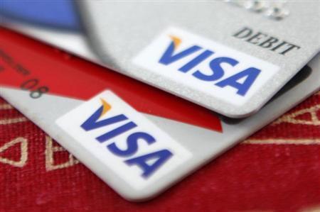 7月25日、米連邦検察当局は、米企業を狙ったハッキングとクレジットカード詐欺事件に関与した容疑で男5人を訴追。写真はビザのクレジットカード。2009年10月撮影(2013年 ロイター/Jason Reed)
