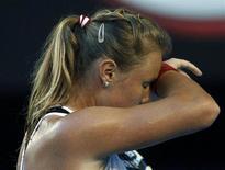 Российская теннисистка Вера Душевина вытирает пот во время матча Australian Open против австралийки Саманты Стосур в Мельбурне 20 января 2011 года. Вера Душевина пробилась в четверг в четвертьфинал турнира Stanford Classic в США. REUTERS/Tim Wimborne