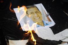 Una imagen del presidente peruano Ollanta Humala es quemada por estudiantes durante una protesta en Lima en contra del Gobierno el 4 de julio de 2013. REUTERS/Enrique Castro-Mendivil. Varios años de fuerte crecimiento económico en Perú que no han alcanzado a los sectores más pobres del país alimentan una ola de malestar que amenaza con desatar masivas protestas, en momentos en que el presidente Humala está por iniciar el tercer año de mandato con su menor nivel de aprobación.