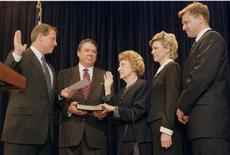 صورة ارشيفية لبوجز (في المنتصف) خلال ادائها اليمين سفيرة لبلادها في الفاتيكان يوم 12 نوفمبر تشرين الثاني 1997 - ارشيف رويترز