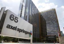 Le groupe de presse allemand Axel Springer, qui a annoncé cette semaine la cession de plusieurs journaux régionaux et magazines en Allemagne, a vendu une partie de ses magazines en France, selon le site internet de New Business. /Photo prise le 25 juillet 2013/REUTERS/Fabrizio Bensch