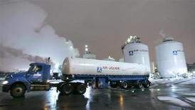 Air Liquide, qui a signé un contrat à long terme avec BASF pour approvisionner en monoxyde de carbone son usine basée à Anvers en Belgique, à suivre lundi à la Bourse de Paris. /Photo d'archives/ REUTERS/J.P. Moczulski