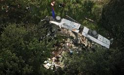 Упавший с обрыва автобус около города Авеллино 29 июля 2013 года. Тридцать восемь человек погибли и 10 получили травмы после падения автобуса с высоты более 15 метров на юге Италии в воскресенье. REUTERS/Ciro De Luca