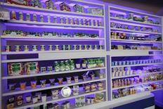 Продукция Danone на выставке к 90-летию компании в Париже 2 апреля 2009 года. Продажи Danone выросли во втором квартале благодаря улучшению дел в подразделении молочных продуктов в Европе, и французская компания смогла сохранить свой прогноз прибыли и выручки на весь 2013 год. REUTERS/Jacky Naegelen