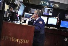 JP Morgan, qui a annoncé son retrait du marché de la gestion physique des matières premières, à suivre lundi sur les marchés américains. /Photo prise le 13 juillet 2013/REUTERS/Shannon Stapleton