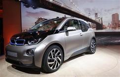 BMW a présenté lundi son premier modèle de voiture électrique, la i3. Le constructeur allemand vise une part de marché significative dans ce secteur, prévoyant une progression de la demande alimentée par la hausse de la population urbaine. /Photo prise le 29 juillet 2013/REUTERS/Mike Segar