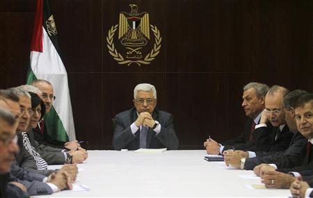 Palestinian President Mahmoud Abbas (C) heads a cabinet meeting in the West Bank city of Ramallah July 28, 2013. REUTERS/Issam Rimawi/Pool