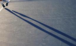 Россиянин Андрей Кузнецов подает в матче Australian Open против южноафриканца Кевина Андерсона в Мельбурне 16 января 2013 года. Россиянин Андрей Кузнецов не смог выйти во второй круг теннисного турнира Kitzbuehel Cup в Австрии. REUTERS/Tim Wimborne