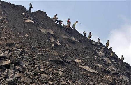 Locals collect coal from the dump site of an open coal field at Dhanbad district in Jharkhand September 19, 2012. REUTERS/Ahmad Masood/Files