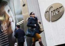 People walk past the Pfizer Inc. headquarters in New York, January 31, 2013. REUTERS/Brendan McDermid